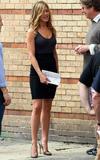 """Jennifer Aniston On the set of 'Bounty Hunter' Foto 952 (Дженнифер Анистон На съемках фильма """"Bounty Hunter"""" Фото 952)"""