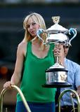 Les plus belles photos et vidéos de Maria Sharapova Th_44121_Offcourt_At_The_Australian_Open_2008_10_123_861lo